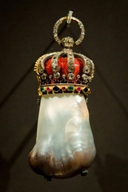 London exhibition reveals unglamorous history of pearls