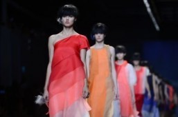 Fendi's Lagerfeld shows off web-savvy palette in Milan