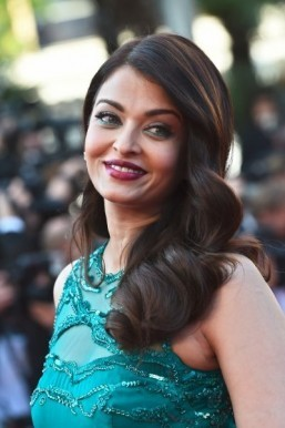 Aishwarya Rai wore a colorful look, with eye makeup the color of her emerald gown. ©AFP PHOTO / ANNE-CHRISTINE POUJOULAT