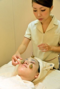 Snails face: Japan beauty treatment offers slime power