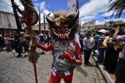 Faithful take part in the traditional Good Friday's procession in Alangasi, Ecuador on April 3, 2015 ©AFP PHOTO / RODRIGO BUENDIA