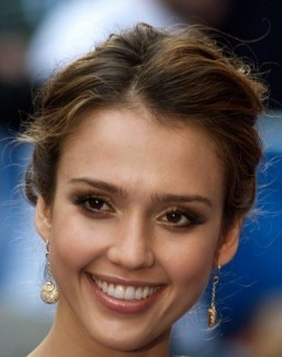 Jessica Alba stands by her company's sunscreen amidst viral complaints