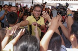 Liberal Party standard-bearer Mar Roxas meets with residents of a National Housing Authority project in Camarin, Caloocan on Thursday. The visit comes less than a week before the official filing of certificates of candidacy for the 2016 polls.(MNS photo)