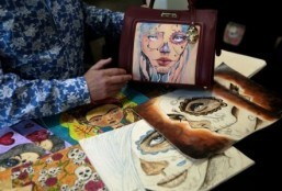 Mexican inmates use tattoo skills for purse designs