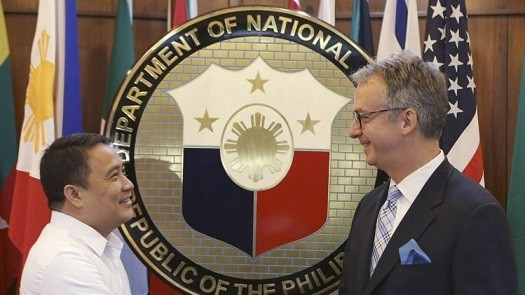 Pio Lorenzo Batino (L), Philippine's defense undersecretary, greets U.S. Department of State Ambassador Eric John during the start of their meeting at the Department of National Defense headquarters in Quezon city, metro Manila August 14, 2013. The U.S. and the Philippines began formal negotiations on Wednesday to increase rotational presence in the country, which includes deploying aircraft, ships, supplies and troops for humanitarian and maritime security operations, local media reported. (MNS photo)