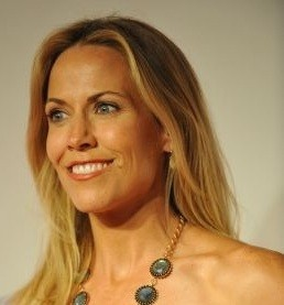 Sheryl Crow thinks benign brain tumor was caused by cell phone