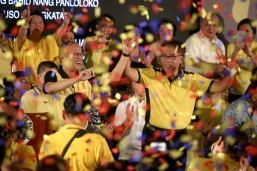 Emotional Roxas accepts PNoy endorsement