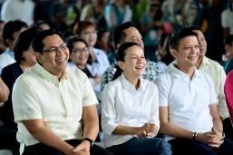 Poe says she last used US passport in 2010, Luna says in 2011