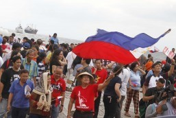 Residents join advocates for Philippine sovereignty in the West Philippine Sea in offering thanksgiving prayer and sampaguita flowers to celebrate the historic and favorable ruling of the UN Permanent Court of Arbitration at the seawall of the Manila Bay on Tuesday (July 12, 2016). (PNA photo by Avito C. Dalan)lam/acd