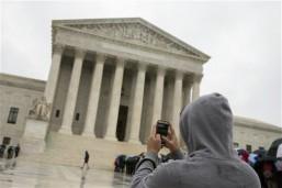 US Supreme Court halts Texas abortion clinics closure