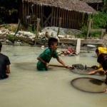 PHL: Children risk death to dig and dive for gold