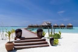 Chinese tourists, diplomats make a splash in the Maldives